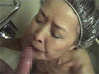 シャワーキャップをかぶったどすけべ婆さんにフェラさせたった