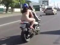 【野外露出】彼氏のバイクに全裸で乗る危険な女