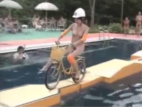 【全裸】素人娘ら数十人が裸で水上アスレチックにチャレンジ!