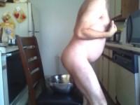 【スカトロ】ポップコーンにオシッコやウンコを排泄して味つけする男