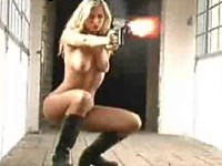 【野外露出】乳や尻が丸出しの装備で銃をぶっ放すお姉さんたち