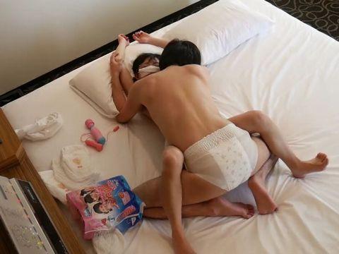 紙おむつを履いたオムツァーカップルが抱き合う個人撮影動画