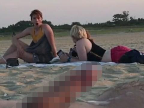 浜辺にいた熟女に射精を見せる男