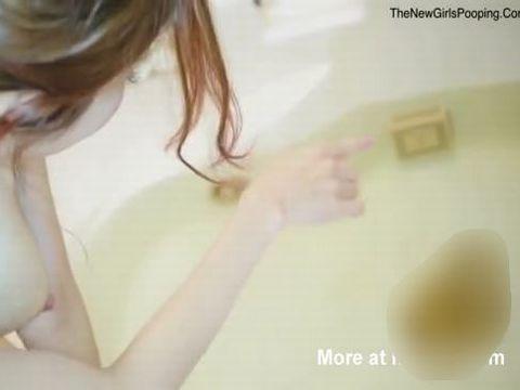 お風呂でとんでもない水中ウンコを披露する日本人女性のスカトロ動画