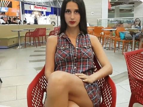 家具量販店でマンコを露出させる美人