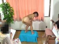 【スカトロ】ヌードモデルがデッサン中に盛大にウンコ漏らしてしまうハプニング!