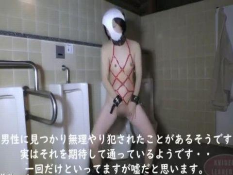 露出癖のある主婦が深夜の公衆トイレに変態仮面になって潜入する自撮り露出オナニー