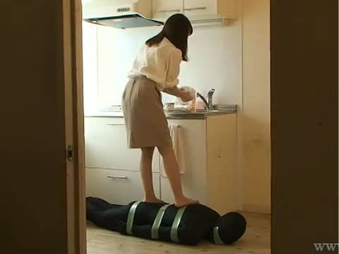 篠田ゆうがМ男を足ふきマットにして踏みまくる