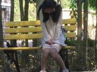 【無修正】中国娘がアナルとマンコにローターを挿入して公園を歩く露出オナニー!