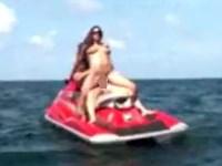 【野外セックス】ジェットスキーに乗って海上でセックスするカップル
