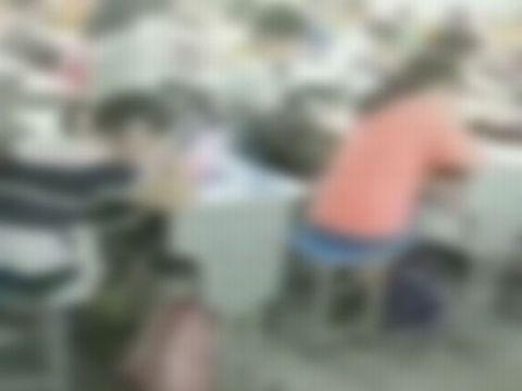 中国の変態女教師が小学校の授業中に教室内で露出バイブオナニー