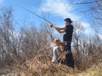 【野外フェラ】魚釣りをしている彼氏のチンコをしゃぶる彼女