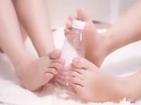 ペットボトルを使ってW疑似足コキ練習するヤバエロな美麗素足