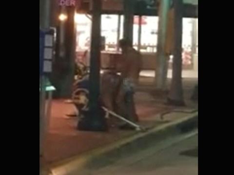 路上セックスですぐにイってしまうホームレスの男性