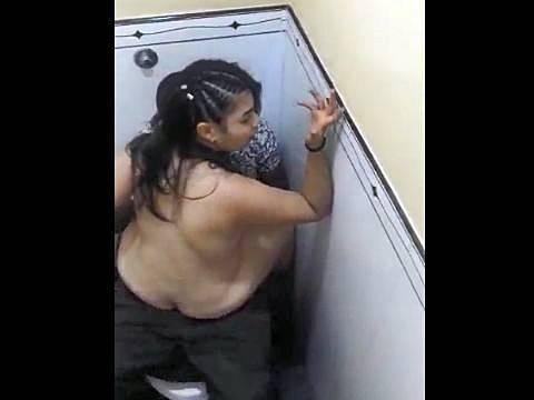 黒人男性とトイレで対面座位セックスをするアジアン女性