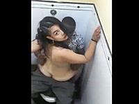 【盗撮バレ】公衆トイレでセックスする迷惑カップルがカメラに気付いた時の反応がこちらwww