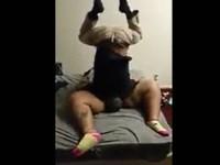【バカエロ】デブ女のマンコを逆さ状態でクンニする男
