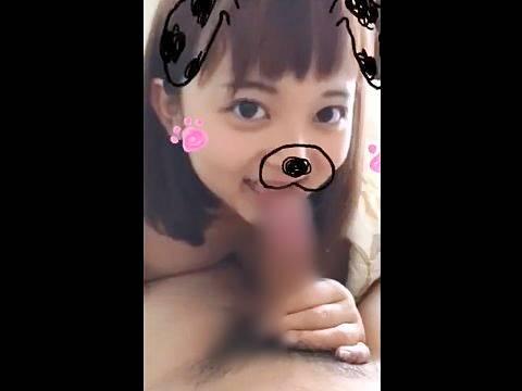 カメラ目線でキメ顔しつつフェラする犬スタンプ女子