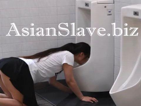 男子トイレの汚れた床や便器を舐め取り飲尿までするマゾ女の野外露出調教