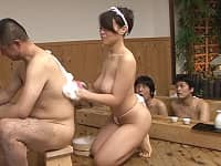 銭湯の女性店員がふんどし姿で背中を流すサービスがかなりエッチッチ!