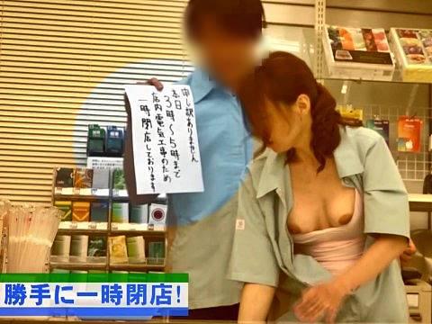 店を閉めて店長の奥さん(安野由美)とバイト君が浮気セックス
