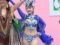 神戸祭りに出演した青いサンバ衣装のお姉さんがむっちり可愛いくてエッチいと話題に!