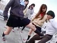 上履きの制服女子校生8人から金蹴りをくらうJK集団リンチが痛そう……