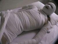 ミイラのように包帯ぐるぐる巻きの重体患者をレイプで犯すマミフィケーションセックス!