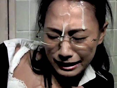 レイパーの花岡じったに強姦されるメガネ女上司(柳田やよい)