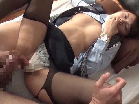主婦の人妻ヤクルトレディが浮気セックスで制服着衣のまま中出しされる 椚ゆあ 深田みお