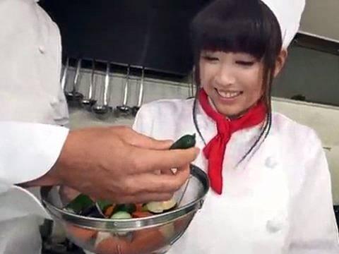 野菜の切り方を怒られる巨乳主婦(霧生ゆきな)