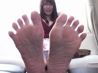 【新村あかり】ストッキングとブーツで激臭になったお姉さんの足裏を嗅いで!舐めて!精子をかける足フェチプレイ!