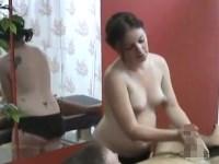 【手コキ】エロマッサージ店で働く妊婦の手技に男性客は悶絶射精