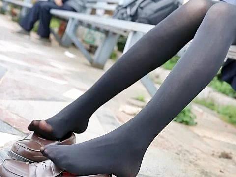 黒タイツ脚の女子校生が休憩中に足先開放
