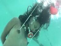 【水責め】水中に沈められ乳首を風船の浮力で引っ張られるM女