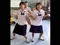 掃除中の教室で腰振りダンスを踊りまくる陽気なアジアンJCさんたち
